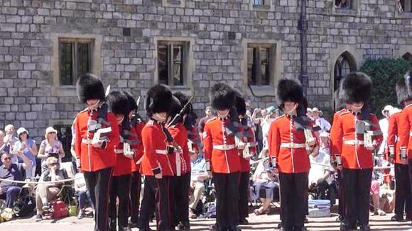 尴尬了!国外仪仗队表演士兵左右转身有点乱
