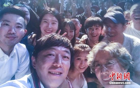 黄渤与现场师生合影 图片来源:受访者供图