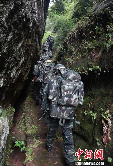 图为来自武警福建总队三明、龙岩、南平支队100余名特战队员在福建省三明市永安揲瞪娇展特战极限训练。 腾照起 摄