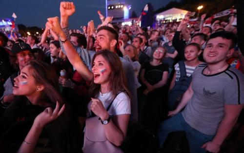 """世界杯美女风景线!俄罗斯姑娘不愧是""""女汉子"""":当街豪饮烈酒"""