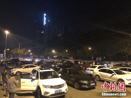 """6月22日凌晨1点半,北京工人体育场外的""""车水马龙""""。 冷昊阳 摄"""