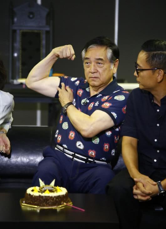 刘嘉玲贴身热吻74岁老戏骨,对方的表情亮了!