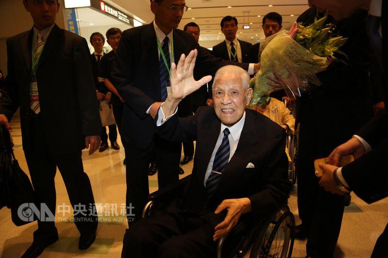 李登辉坐着轮椅抵达日本,会和安倍见面吗