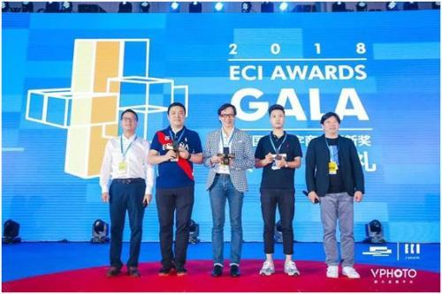 图:汉能集团代表(左二)上台领奖