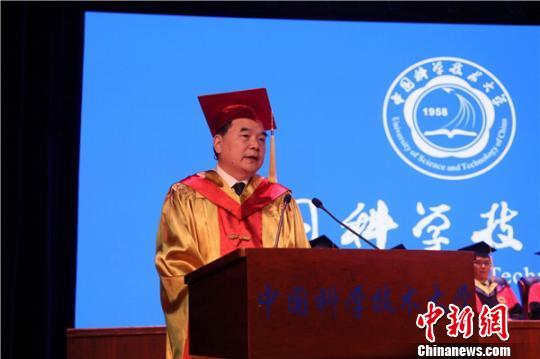 """中国科大校长包信和以""""做永不褪色的科大人""""作为临别赠言,勉励毕业生们做出彩科大人。(中国科大供图)"""