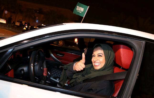 沙特女司机今天起可以上路了!她们正经历着变革