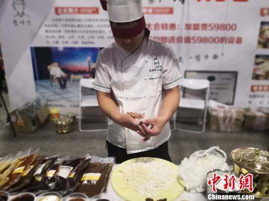 图为山西剪刀面厨师表演蒙眼剪面。 杨娜 摄