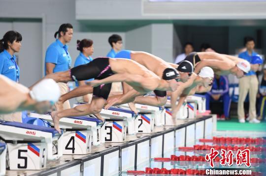 6月23日晚,河南选手宁泽涛参加全国夏季游泳锦标赛50米自由泳决赛。 章璋 摄