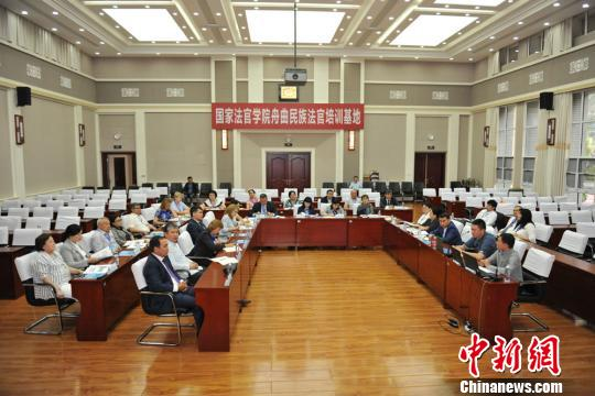 图为中亚五国法官研讨丝路沿线司法合作。 张江山 摄