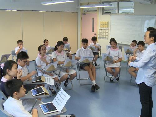 """有学校组成""""e-乐团"""",教学生用平板电脑演奏。香港电台网站 梁祯祥摄"""