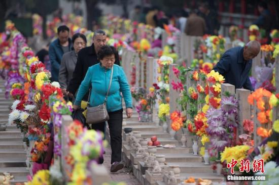 4月3日,山西省太原市,大批民众在墓园祭奠亲人。随着清明节临近,中国各地墓园迎来祭扫高峰。 韦亮 摄