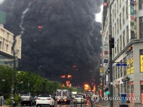韩国世宗市一工地起火:浓烟滚滚_12名中国公民受伤