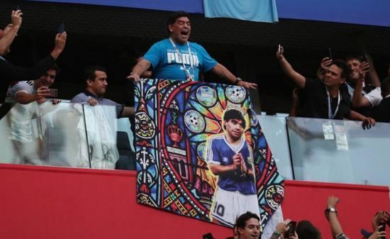 疯狂!梅西进球后马拉多纳感谢上帝 高举自己海报:膜拜球王