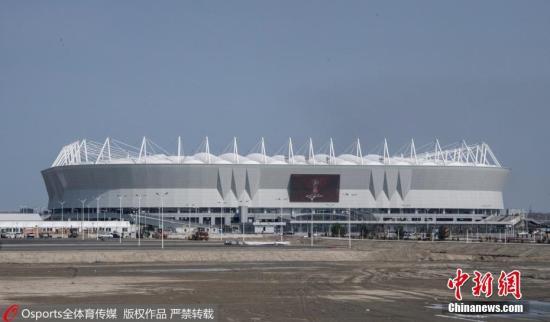 资料图:作为罗斯托夫州首府,顿河畔罗斯托夫位于莫斯科以南,与莫斯科的距离超过了1000公里。顿河畔罗斯托夫体育场建在顿河左岸,北面看台巨大开阔,看台高度错落有致,观众在座位上能够看到顿河罗斯托夫市的不同景貌。这座体育场将举办5场世界杯比赛,包括4场小组赛,1场1/8决赛。罗斯托夫是通往北高加索地区的门户,同时也是哥萨克文化中心,球迷们肯定能够在这里感受到与众不同的文化风俗。 Osports全体育图片社版权作品严禁转载