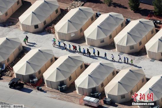 资料图:迄今大约4000名移民儿童被美国当局强行带离父母。为阻止非法移民入境,美方标准操作规程是:拘捕并着手起诉涉嫌非法移民的成年人;把未成年子女带走,另行安置。