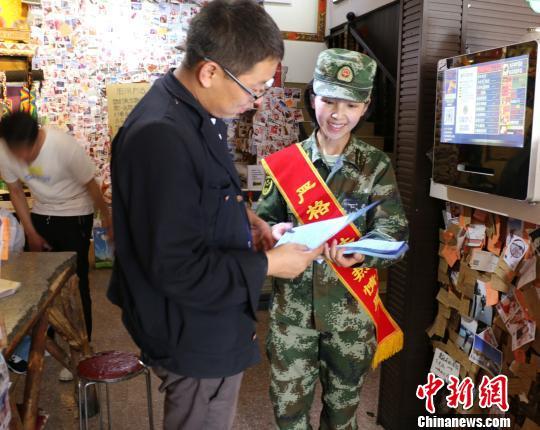 图为西藏公安边防官兵深入辖区为民众解释《西藏自治区边境管理区通行证管理实施办法》。 西藏自治区公安边防总队供图 摄