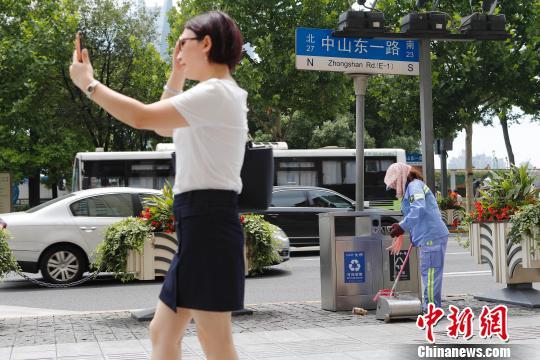 环卫工人用包巾包裹着自己的脸。 殷立勤 摄