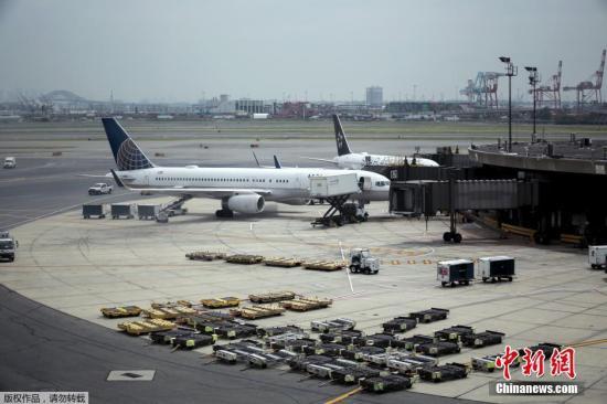 据当地媒体报道,总部位于芝加哥的美国联合航空公司7月8日早间电脑系统出现故障,导致其在全美所有机场的航班停飞约2小时。图为7月8日,新泽西纽瓦克自由国际机场美国联合航空公司的大量航班停飞。