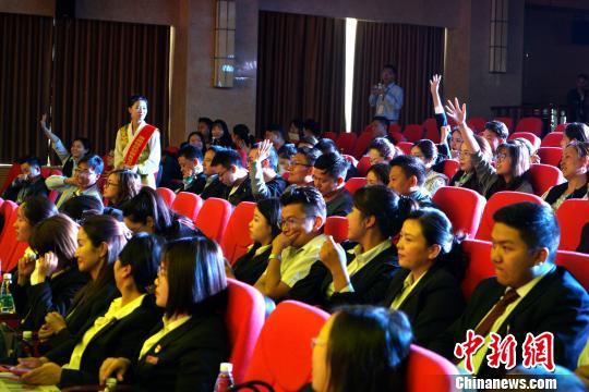 西藏辖区征信及社会诚信文化知识竞赛内容包括征信知识、业务操作、失信惩戒等。图为6月28日,决赛现场观众参与知识竞答。 江飞波 摄