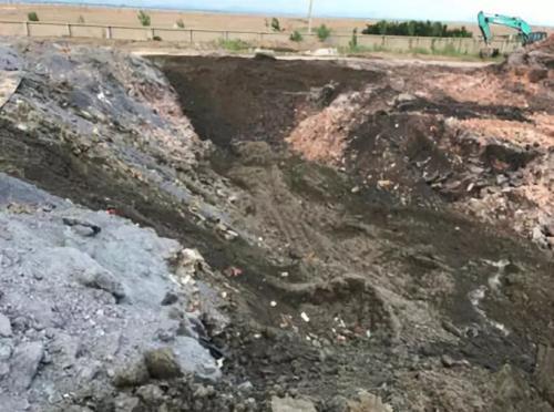 生活垃圾填埋场与钢渣混杂一块。图片来源:生态环境部官方微博