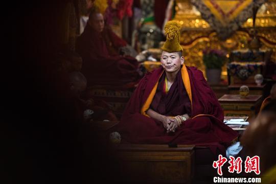 图为6月29日,考僧在色拉寺措钦大殿内接受考核。 何蓬磊 摄