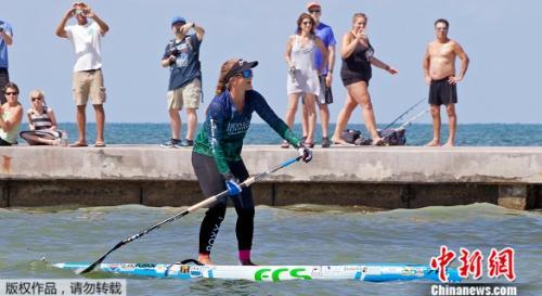 伯吉斯被认为是首位从古巴站立划桨到佛罗里达群岛的女性。34岁的伯吉斯表示,她希望创下纪录并激励别人完成他们的目标。