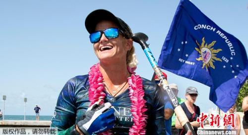 美国佛罗里达州一名女性从古巴出发,一路直立单桨冲浪到佛罗里达群岛,完成超过160公里的旅行。