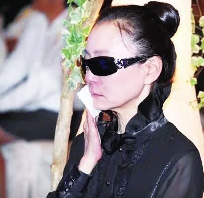 她是琼瑶剧中的悲情女王,男友婚前出轨丈夫坠楼身亡