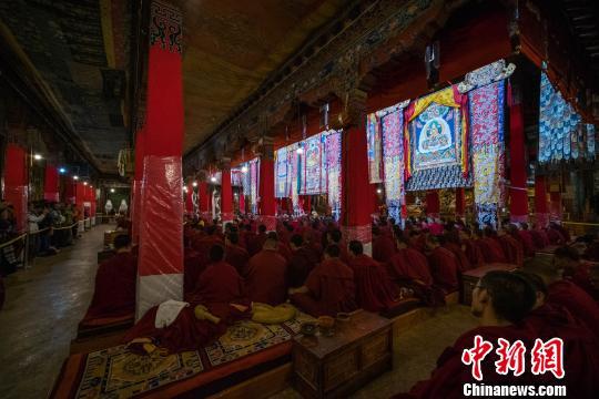 图为6月29日,众多僧众在预考现场旁听。 何蓬磊 摄