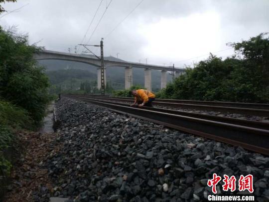 四川平武4.0级地震造成西成高铁和宝成铁