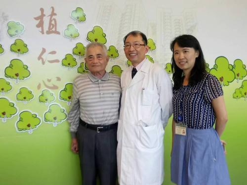陈明雄(左一)与医师。台湾《联合报》记者陈婕翎/摄影