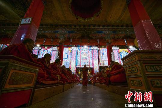 图为6月29日,藏传佛教格鲁派格西拉让巴夏季预考现场。 何蓬磊 摄