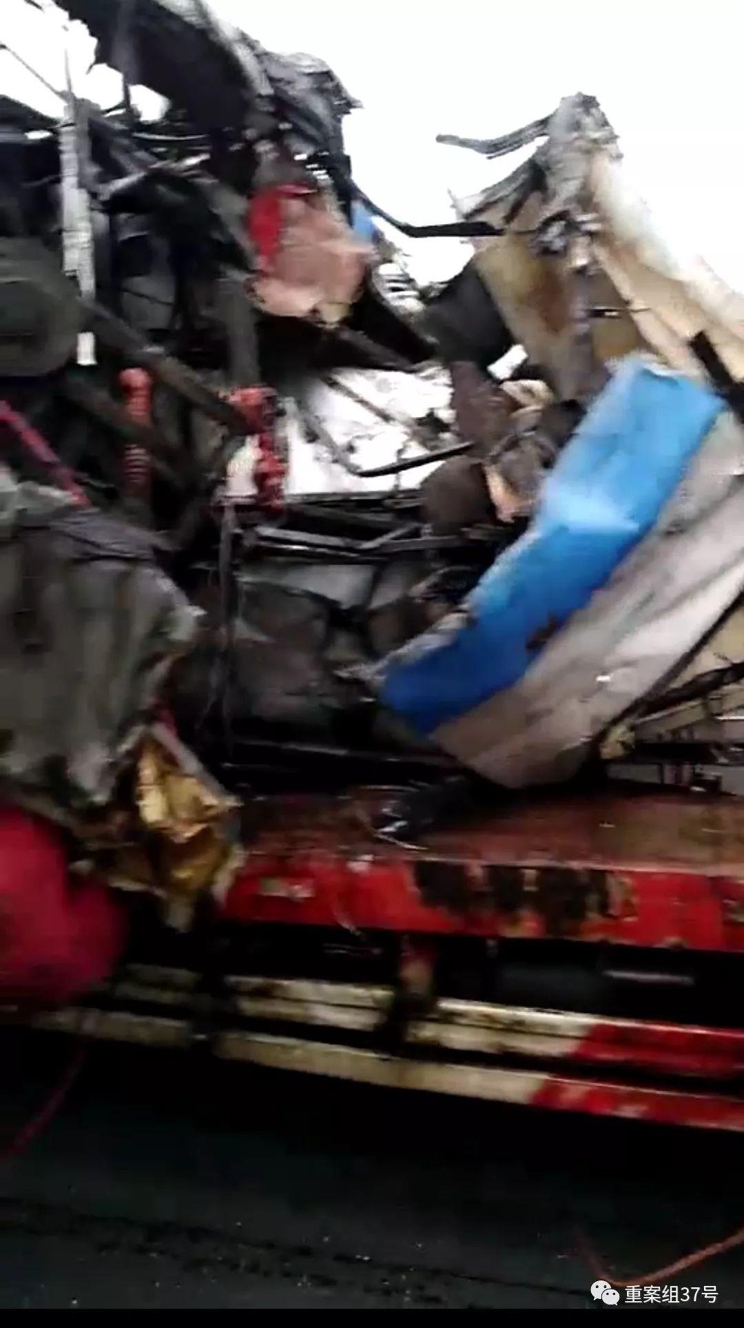 一大巴穿过高速隔离带撞货车致18死