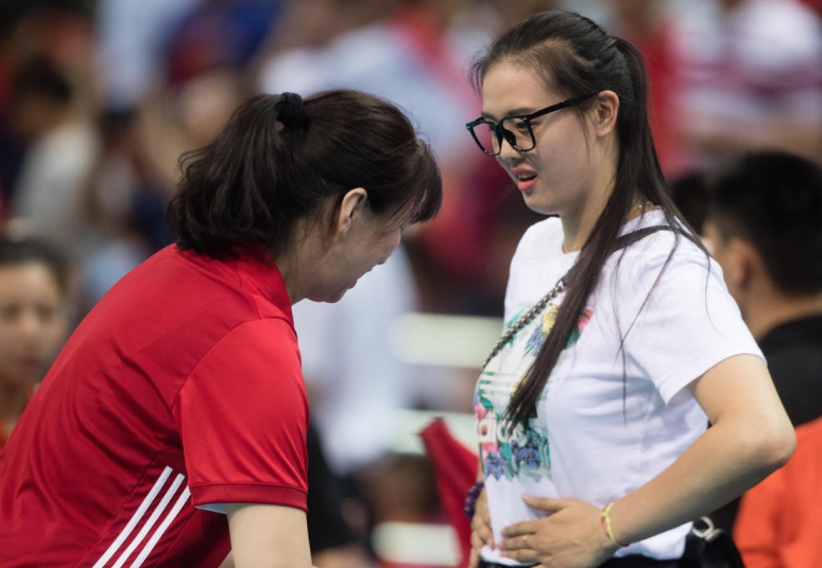 4大奥运冠军目睹中国女排惨败!惠若琪安慰队友 张常宁发胖捂肚子