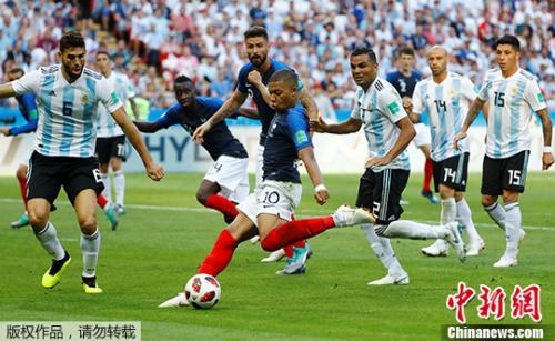 图为法国队姆巴佩射门。