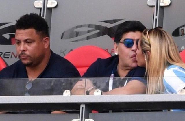 情难自持!马拉多纳看台舌吻小30岁女友 身旁罗纳尔多一脸懵逼