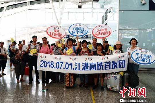 大批广州市民尝鲜搭乘高铁前往湛江等地旅游。 程景伟 摄