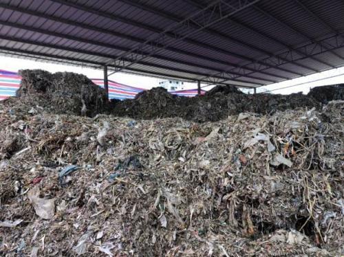 图3 厂区堆满各种塑料垃圾图3 厂区堆满各种塑料垃圾