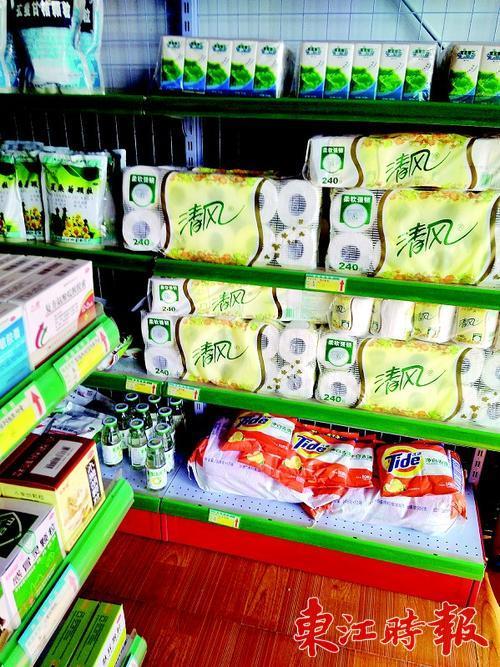 有的药店连纸巾等也摆上了货架。