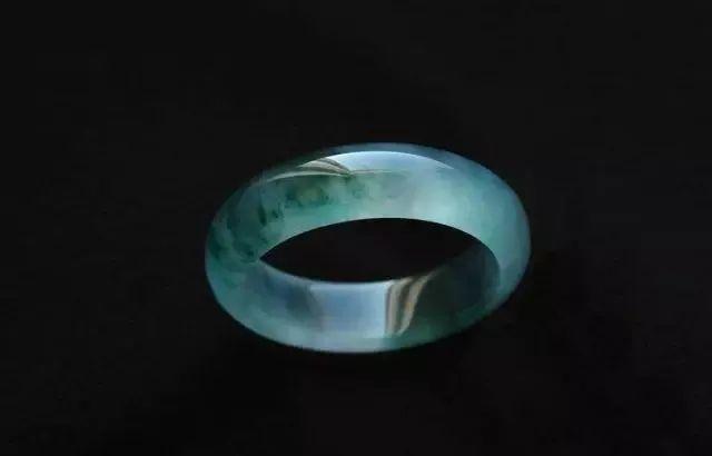 默斋主人谈翡翠花60万买到这只玻璃种帝王绿手镯