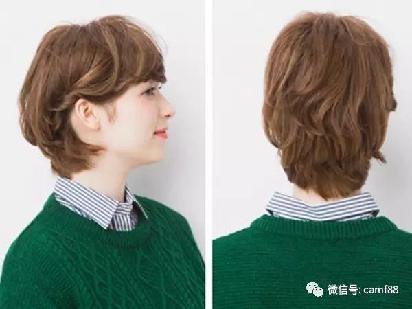 侧面背面效果图:扭转的发束露出了可爱的耳朵,而层次的卷发让短发变得更加有魅力。简单步骤可以打造可爱的短发造型。  欧美男士短发造型,安静忧郁的王子形象!  男生帅气短发烫发发型,让你的发型显得更加的大方!  20岁男生帅气发型,斜刘海清爽又时尚!  【欢迎关注微信公众号魔发 mofa345更多发型等你来!!!】