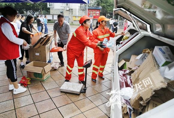 """重庆如何破解垃圾分类难题:给垃圾袋贴上""""身"""