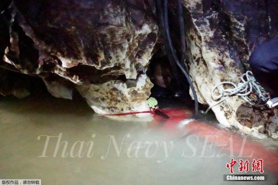 当地时间7月4日,泰国清莱府,救援人员潜水深入溶洞实施救援工作。