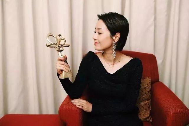 马伊�P获奖感谢出轨老公,42岁的她现在只为取悦自己而活!