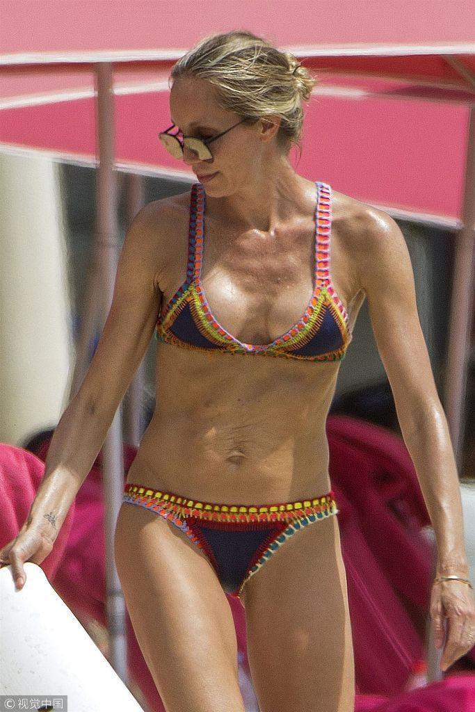 40岁名模克里斯汀·帕兹克身穿比基尼秀火辣身材