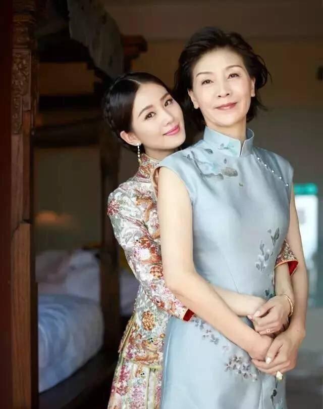 明星高颜值妈妈:杨洋妈妈气质出众,刘亦菲自称最丑