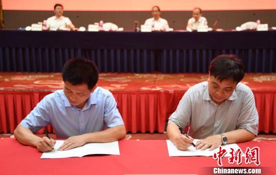 浙江各市交通港航部门签订相关任务书。 王刚 摄