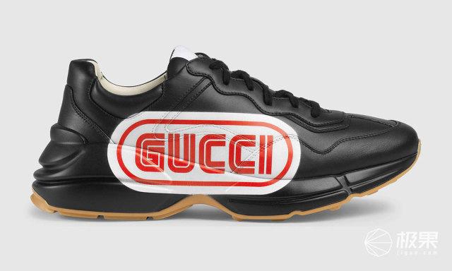 黑色的鞋面搭配白底红字,鞋型看起来轻巧了许多,同时辨识度很高,厚底配上防滑橡胶。这个设计,果小妞还是喜欢之前的设计。。。 新款怎么买? 之前Gucci 老爹鞋售价大概约在7000+,这次推出的新款,官网售价是670欧元,折合人民币约5215元,加上代购费用预计在6300左右。感兴趣的小伙伴可以购买一波~ 本文由极果用户大笑羊驼原创
