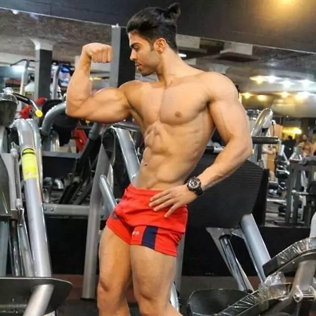 因此锻炼腿部肌肉很有必要,尤其是男性健迷们,腿部的锻炼与你的性福