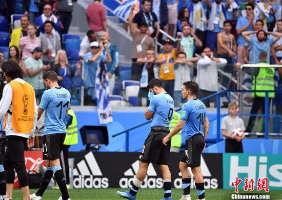 赛后乌拉圭队员格外失落。 中新社记者 毛建军 摄